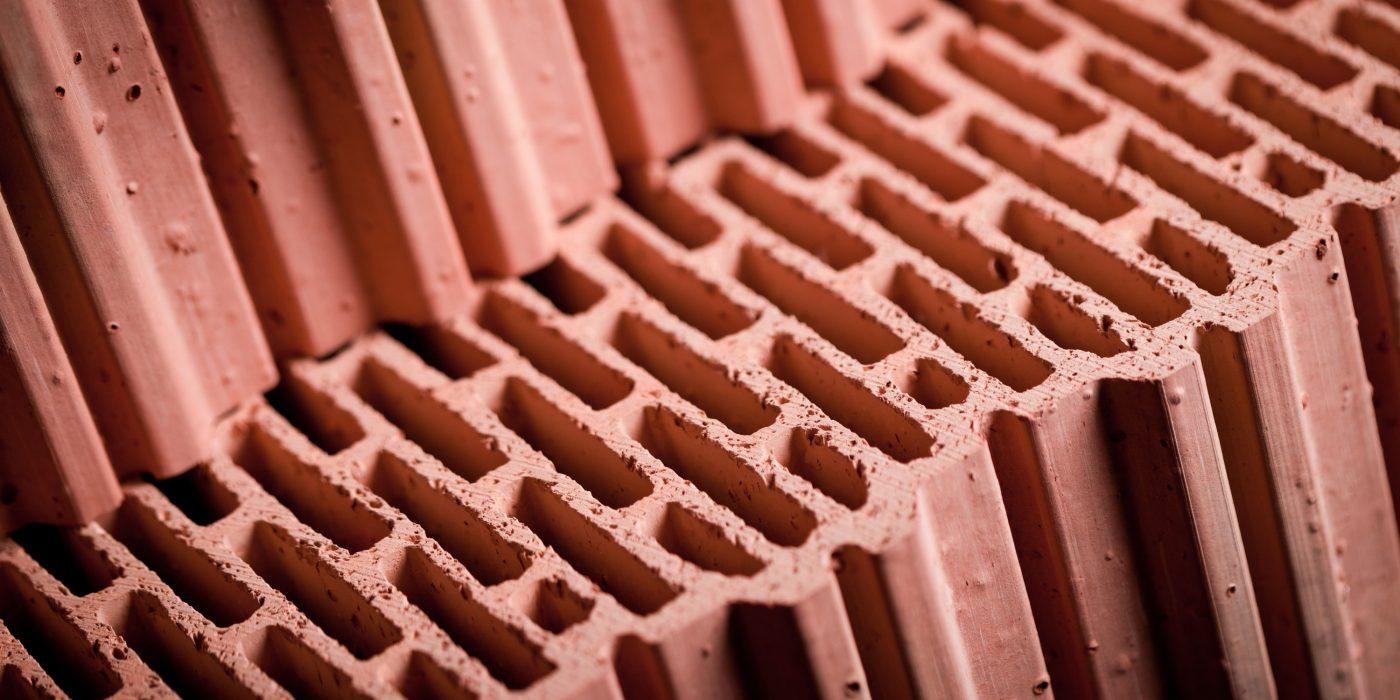 Ceramika budowlana wykorzystywana budownictwie – charakterystyka ceramiki budowlanej poryzowanej